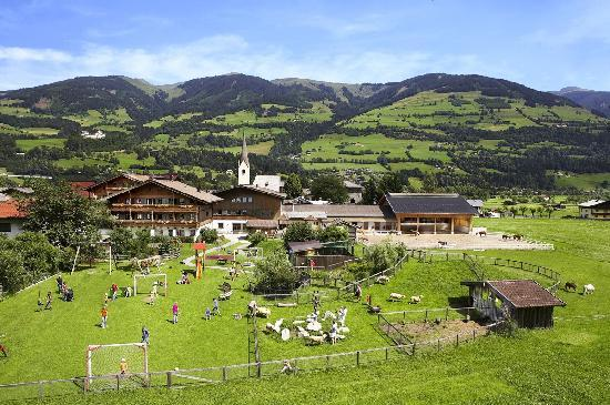 Kinderhotel Felben: Spielplatz im Sommer im Hotel Felben in Mittersill