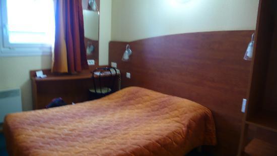 Adam's Hotel : Bed - needs a new doona!