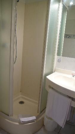 Adam's Hotel : Tiny bathroom