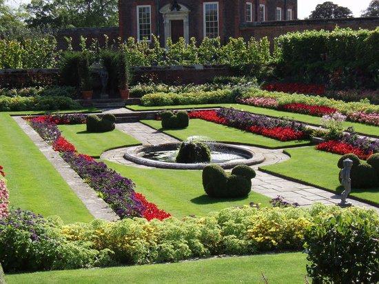 Hampton Court Palace: Beautiful gardens