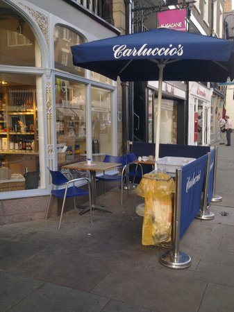 Carluccio's - Chester: Sitting by the garbage adds unwanted aromas to the offerings from Carluccio's