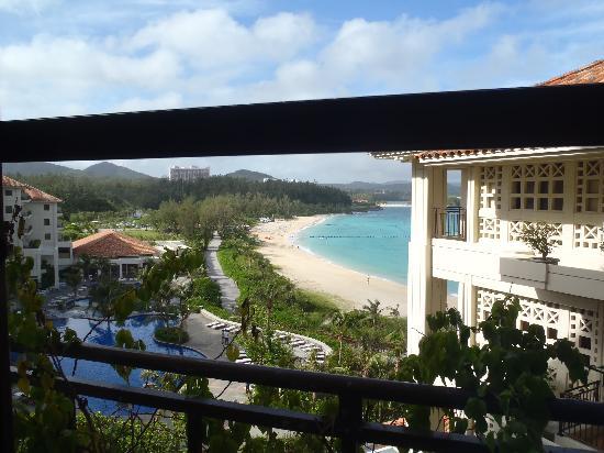 The Busena Terrace: エレベーターホールから海を見る