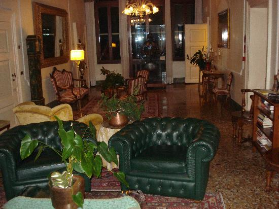 the first floor guest lounge bild von pensione accademia villa maravege venedig tripadvisor. Black Bedroom Furniture Sets. Home Design Ideas