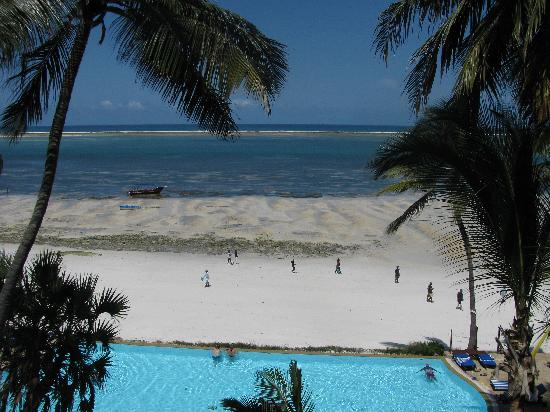 Voyager Beach Resort: Pool with a view