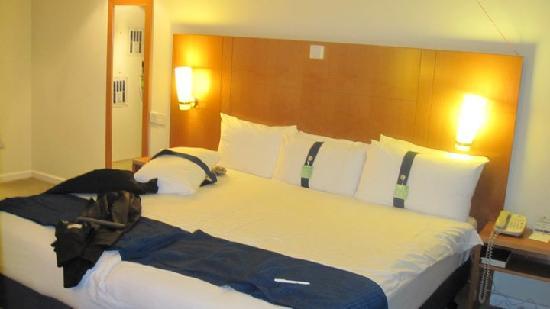 ฮอลิเดย์อินน์ลอนดอน บลูมส์เบอรี่: Very large comfortable bed