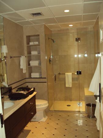 The Aurora Inn: Rm 4 Bath