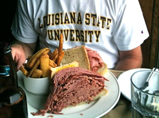 Moe's Deli & Bar : Smoked meat and a Molson Dry!