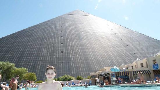 ลักซอร์: Piscina em frente a pirâmide
