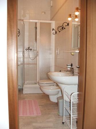 B&B Casa Vally : Bathroom pink room