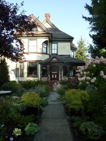 Ambrosia Historic Bed & Breakfast Retreat: Ambrosia's lovely front garden