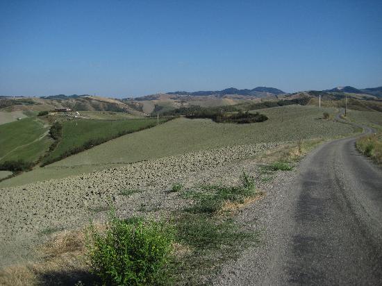 Pianoro, Italien: in alto a sx il Ciuffo