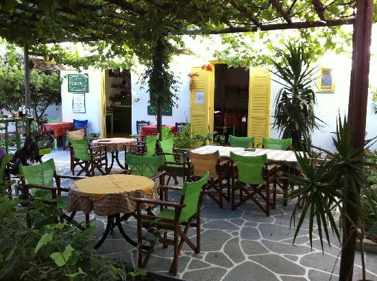Hotel Boulis : Kafenes (hotel's restaurant) courtyard