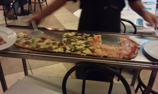Ristorante Vesuvio: 1m pizza in three sections of toppings