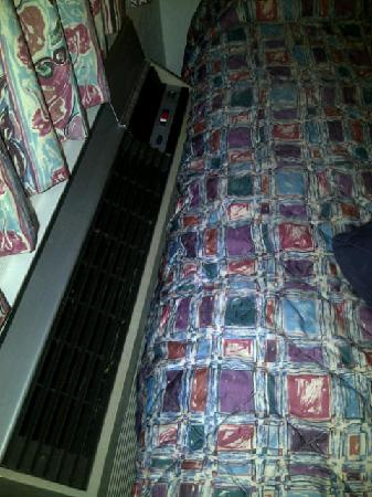 Motel 6 Murfreesboro: AC on bed