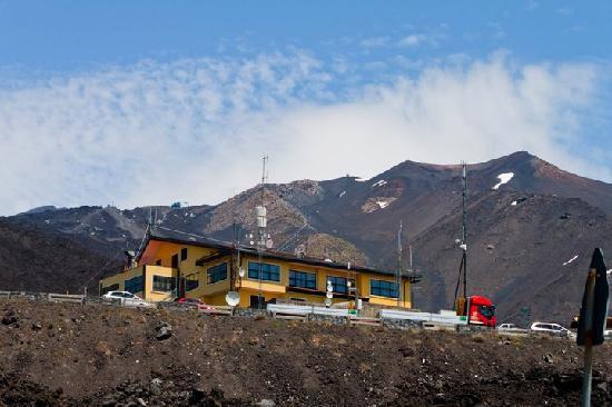 Hotel Corsaro: Mount Etna behind hotel
