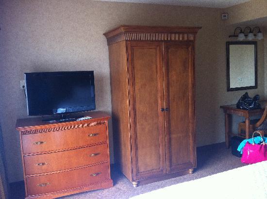 Embassy Suites by Hilton Santa Ana Orange County Airport: TV, closet and vanity area