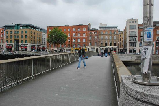 Millennium Bridge: Making the crossing