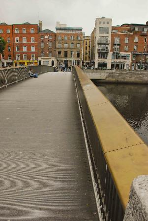 Millennium Bridge: Sturdy railing