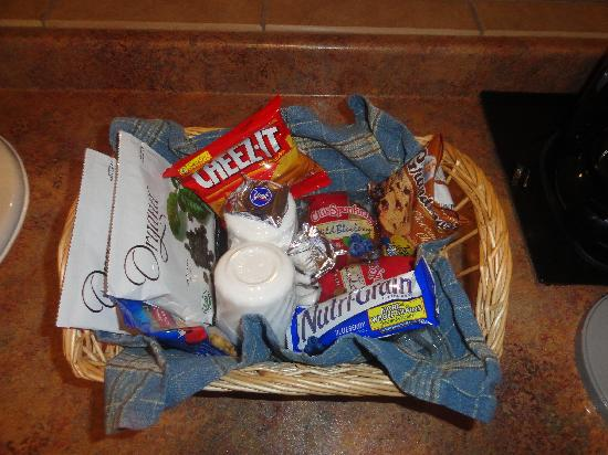 Townsend Gateway Inn: Basket of GOODIES!