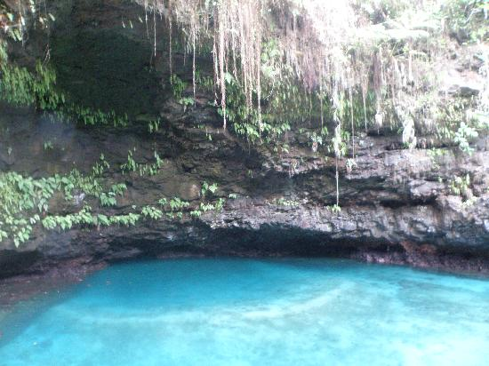 To Sua Ocean Trench: turquoise crystal clear water of Tosua