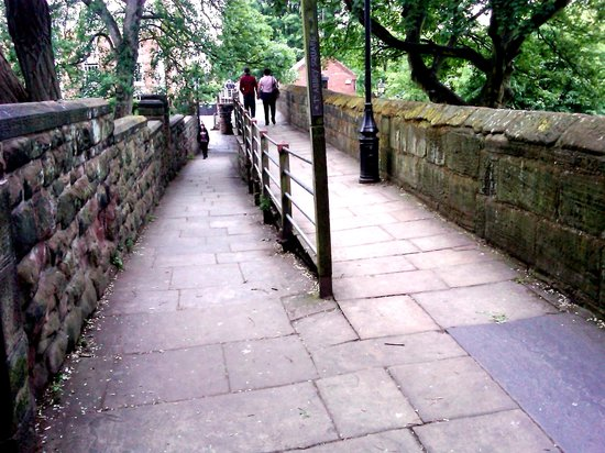 ‪تشيستر, UK: Atop the wall, an access ramp from Chester Cathedral at left‬