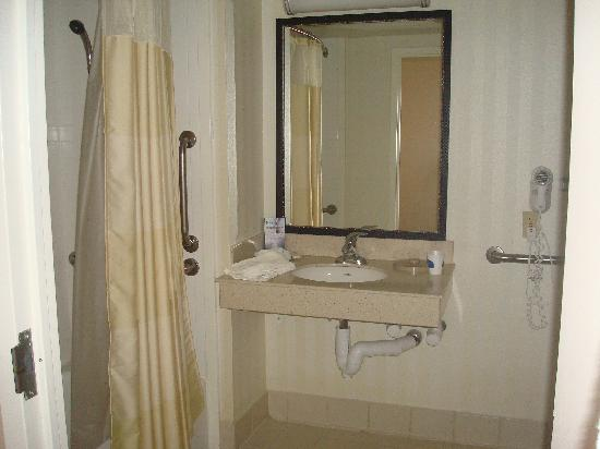 Fairfield Inn Portsmouth Seacoast: Large handicapped bathroom