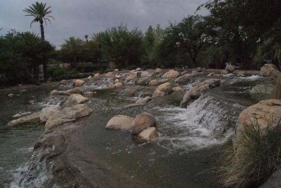 Miraval Arizona Resort & Spa: Dark picture (sorry)--Waterfalls at entrance