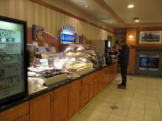 Holiday Inn Express Hotel & Suites Vernon: Breakfast Buffet