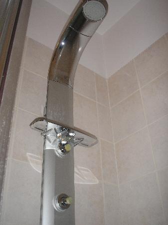 Kimon Athens Hotel: The shower