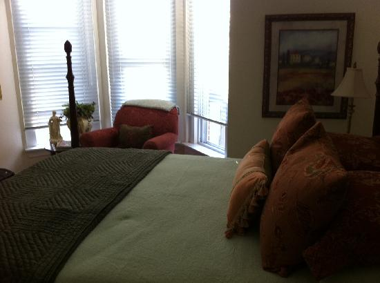 63 College Inn: View of Room 2- no clutter- very clean and modern!