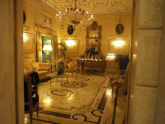 สเปลนดิด รอยัล: elegant lobby