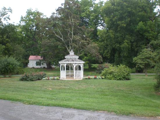 Rosemont Manor: Some of the grounds.
