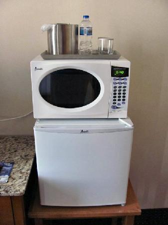 Radisson Hotel Cleveland - Gateway : Microwave and fridge