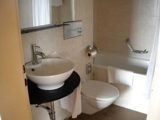 Romantik Hotel Mont-Blanc Au Lac: TIdy Bathroom