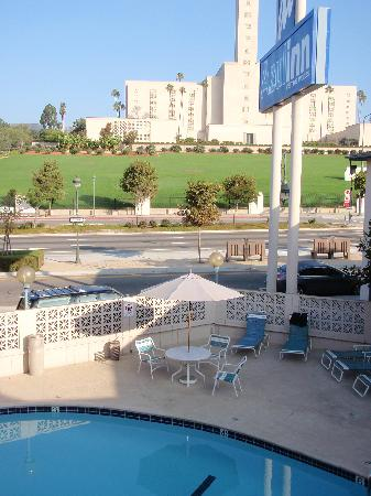 Azul Inn West Los Angeles: Pool View, Mormon Temple across the street