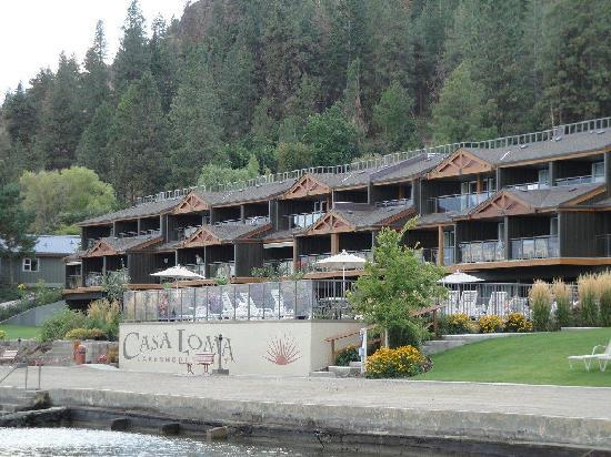 Casa Loma Lakeshore Resort: View from the dock back up to the resort