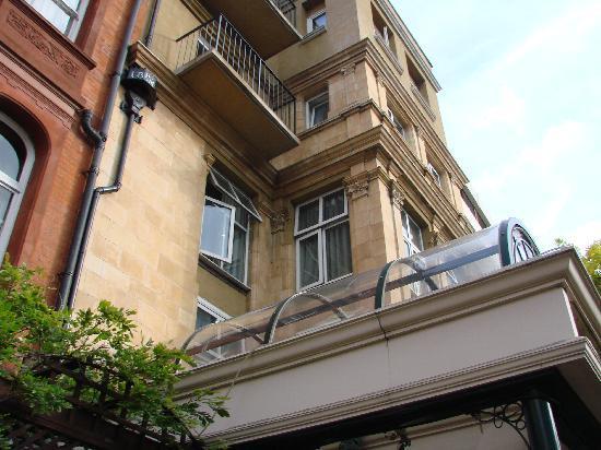 Westland Hotel: Front Entrance