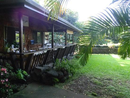 Hale Maluhia Country Inn: outdoor lanai to eat breakfast at