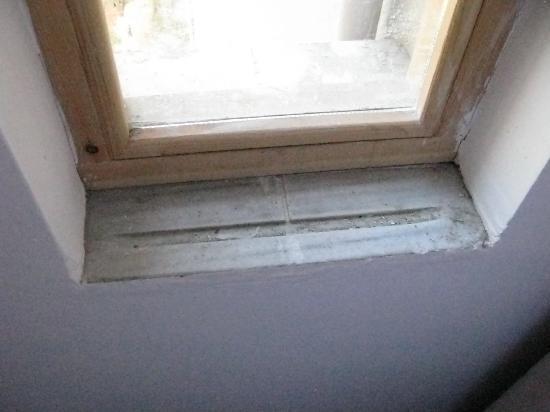 Meroddi Pera Hotel: fehlende Fensterbank