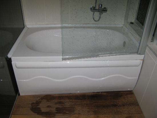 Nar Pera Hotel: undichte Duschabtrennung