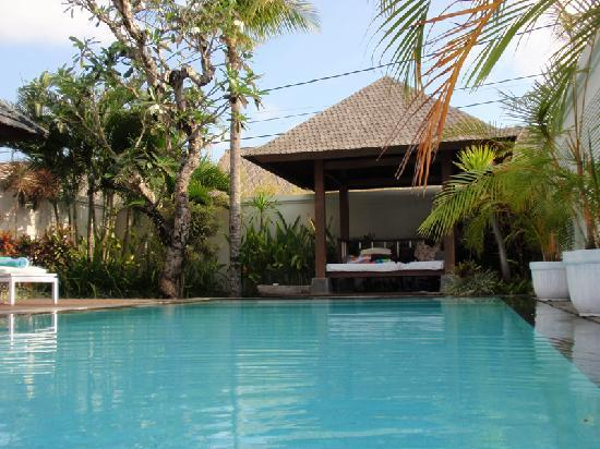 Nunia Boutique Villas : bale from the pool