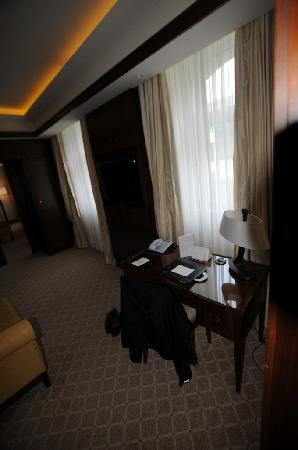 Excelsior Hotel Ernst: scrivania