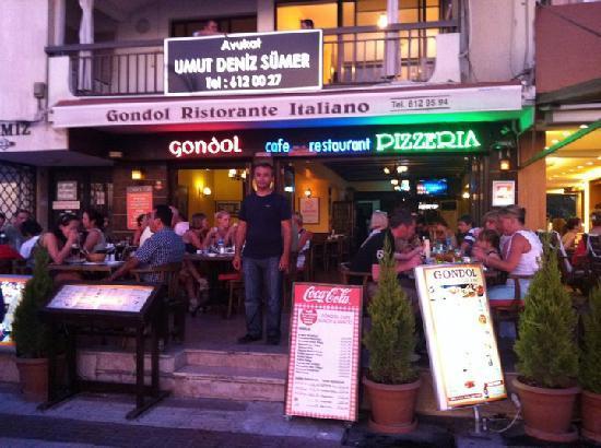 Gondol Cafe Restaurant: De eigenaar en zijn restaurant