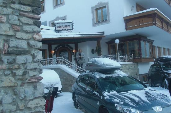 Antonius Hotel : Hotel Entrance after big snowfall