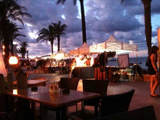 Hotel Tahiti: Having a drink on the promenade