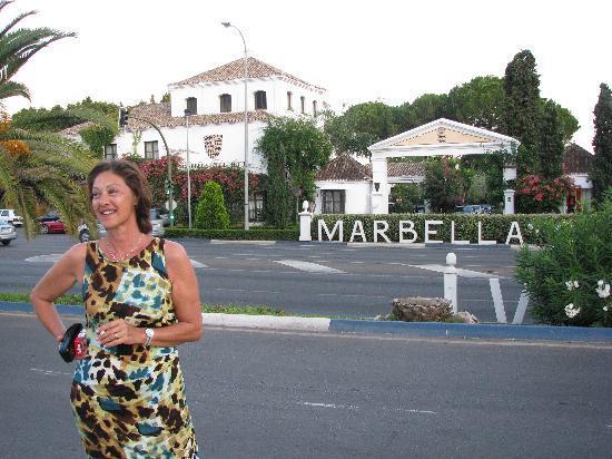 Marbella Club Hotel : atardecer frente a la entrada del hotel