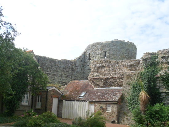Pevensey, UK: castle is a long walk