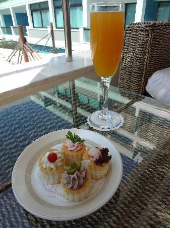Constantinou Bros Asimina Suites Hotel: All cocktails came with nuts/nibbles