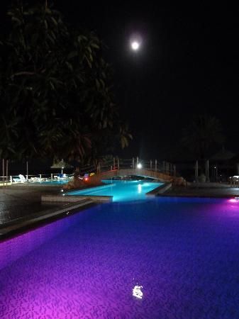 La piscine de nuit 1 photo de hotel club riadh nabeul for Piscine eclairee la nuit