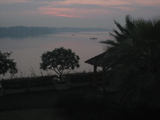Ramada Resort Cochin : A veiw of the Lake from the resort